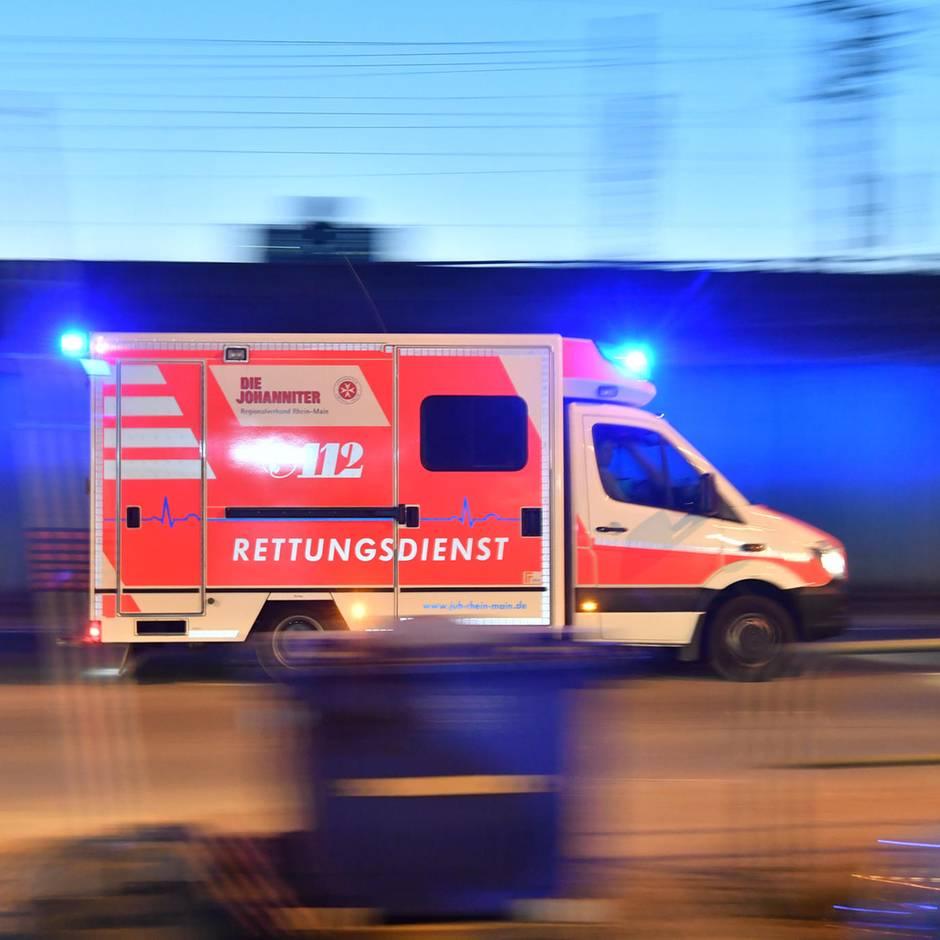 Nachrichten aus Deutschland: Unbeteiligter bewirft Rettungskräfte im Einsatz mit Messer und schlägt auf sie ein