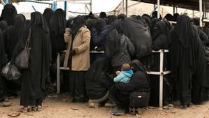 Frauen stellen sich für Hilfsgüter im syrischen lager al-Haulan