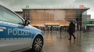 Polizei vor dem Kölner Hauptbahnhof