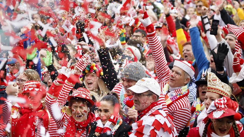 Jecken beim Auftakt des Kölner Karnevals