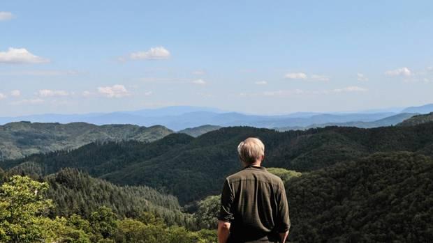 Ulrich Tukur lässt den Blick in das bewaldete Gebirge schweifen