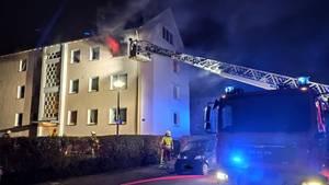 Nachrichten aus Deutschland: Eine Wohnung in einem Mehrfamilienhaus in Hameln steht in Flammen