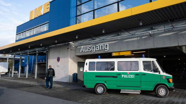 Polizei vor Frankfurter Ikea-Filiale
