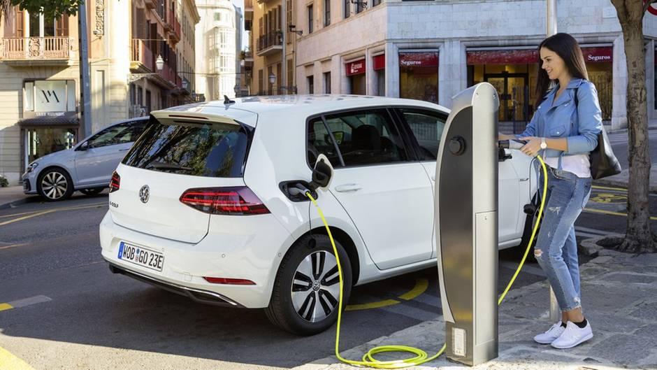 Zwar wird der E-Golf bald abgelöst, aber VWs Preispolitik verschafft dem Auto einen glänzenden Abgang.