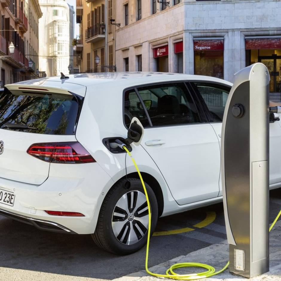 Automarkt: Verkehrswende: Elektro- und Hybridmodelle hängen den Diesel ab