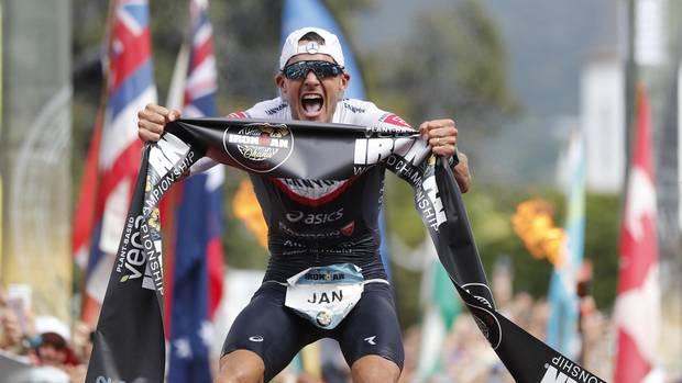 Jan Frodeno schreit die Freude über seinen dritten Hawaiisieg heraus