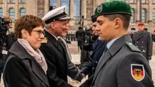 Annegret Kramp-Karrenbauer gibt einem Soldaten die Hand