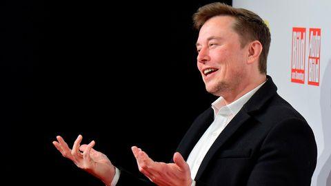 Ein gut gelaunter Tesla-Chef Elon Musk bei der Verleihung des Goldenen Lenkrads in Berlin