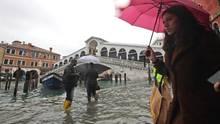 Venedig unter Wasser: Passanten waten in der Nähe der Rialto-Brücke durch die Fluten