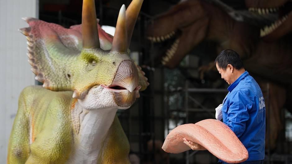 Zigong, China. Im Zentrum des Riesenreichs gibt es hunderte von Dinosaurier-Herstellern, wie etwa die Firma Geng, die größte unter ihnen. 85 Prozent des weltweiten Bedarfs an Dino-Modellen stammen von hier. Hintergrund: Die Region beherbergt zahllose Fossilien der Großechsen.
