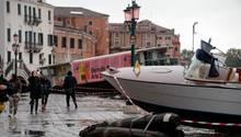 Boote und Fähren wurden von den Fluten mitgerissen