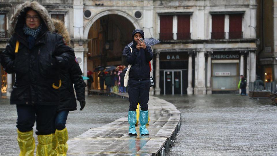 Anfangs legte die Stadt noch Stege durch Venedig, damit die Touristen trotz des Hochwassers von A nach B kamen