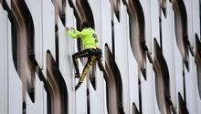 Der Kletterer Alain Robert besteigt ein Hochhaus in Paris