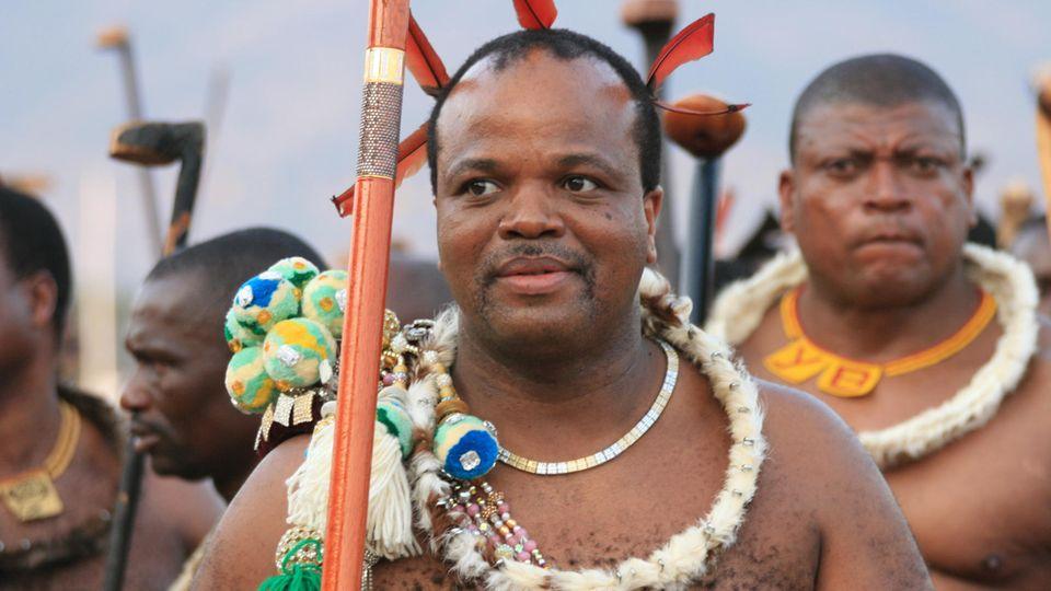 König Mswati III. (M.) mit den Männern seiner Entourage bzw. seiner traditionellen Sicherheitseskorte
