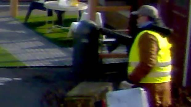 Einer der Täter beim Raubüberfall in Köln-Godorf