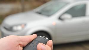 Nachrichten aus Deutschland: Ein Autofahrer öffnet einen Pkw per Fernbedienung