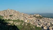 Die italienische Stadt Mussomeli in Sizilien