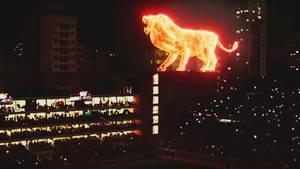 Argentinien: Fußballclub eröffnet Stadion mit gigantischer Feuerlöwen-Projektion