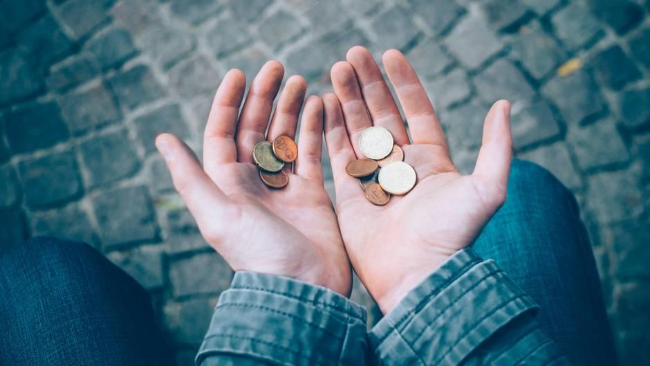 Centmünzen in Händen