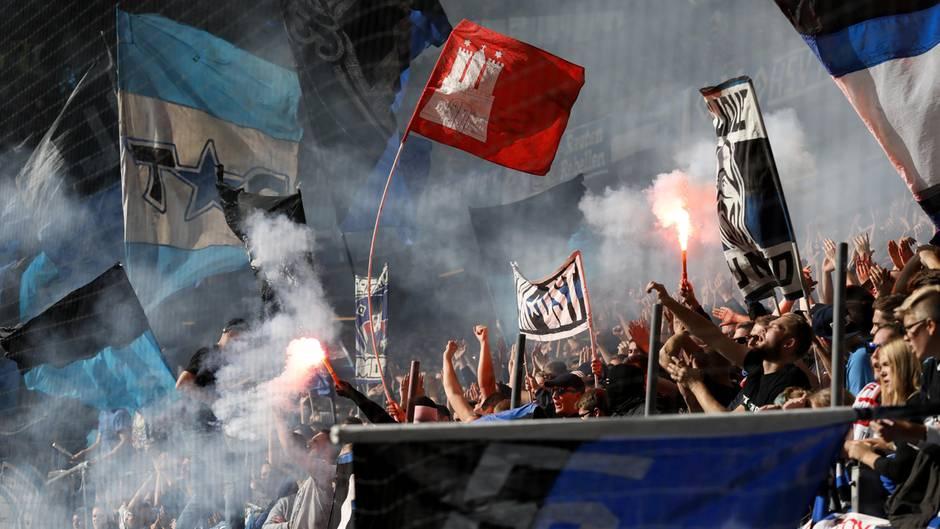 Das Abrennen von Bengalos durch die Ultras kommt den HSV in jeder Saison teuer zu stehen