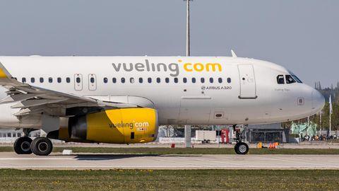 Eine Maschine vom Typ Airbus A320 der Billigfluggesellschaft Vueling am Flughafen von Barcelona