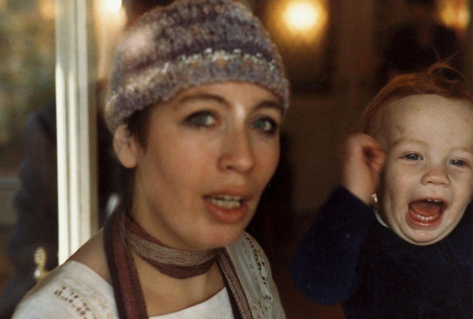 Elfie Donnelly mit ihrem Sohn, als er noch ein Baby war