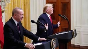 Donald Trump gestikuliert bei der Pressekonferenz mit Recep Tayyip Erdogan