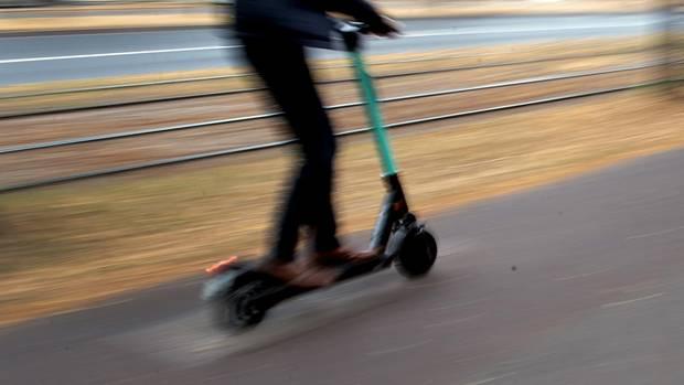 Nachrichten aus Deutschland – Mann fährt auf einem E-Roller