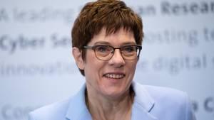 Annegret Kramp-Karrenbauer hat TV-Journalist Hero Warrings als neuen CDU-Sprecher verpflichtet
