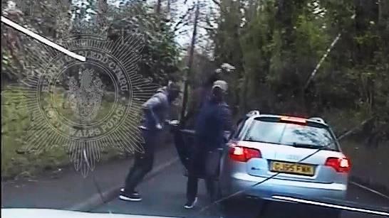 Verfolgungsjagd in Wales: Flüchtende Gangster werfen Pflastersteine auf Polizistin – doch die lässt sich nicht abschütteln