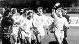 """Die goldenen Zeiten der Bayern: Ebenfalls 1976 holen sie im Hampden-Park in Glasgow den Landesmeisterpokal zum dritten Mal in Folge. Georg """"Katsche"""" Schwarzenbeck und der blutjunge Karl-Heinz Rummenigge laufen auf der Ehrenrunde hinter Hoeneß"""