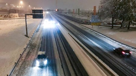 Eine verschneite Autobahn in Frankreich