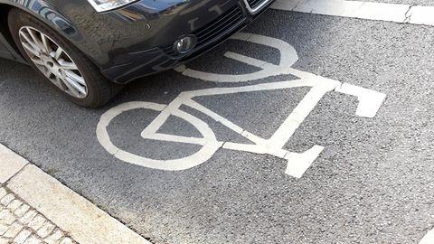 : Ein Autofahrer hat sein Fahrzeug im Bezirk Mitte auf einem Fahrradweg abgestellt.