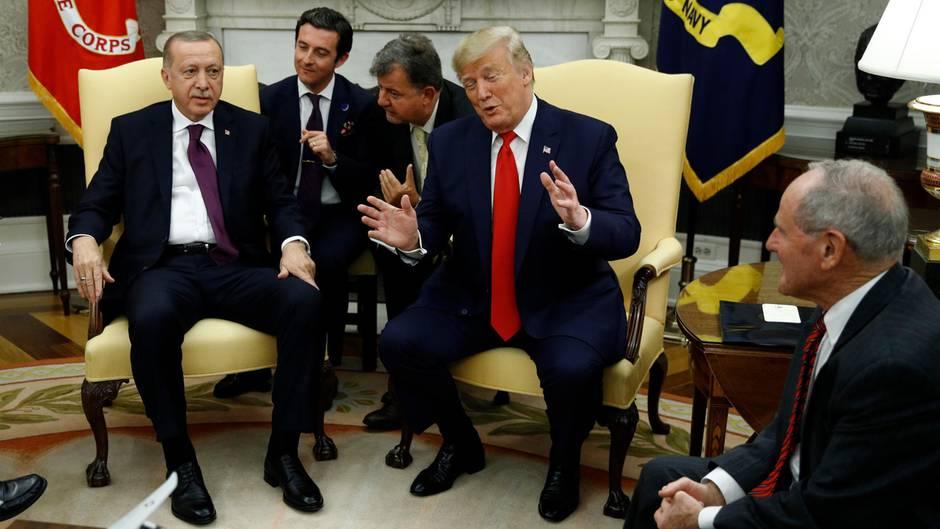 US-Präsident Donald Trump (rote Krawatte) und sein türkischer Amtskollege Recep Tayyip Erdogan (l.) iWeißen Haus