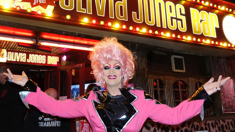 Dragqueen Olivia Jones vor ihrer Bar auf der Hamburger Reeperbahn