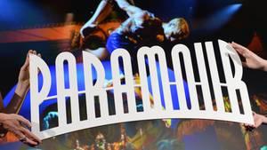 """Nachrichten aus Deutschland – Logo des Musicals """"Paramour"""" wird in die Kamera gehalten"""