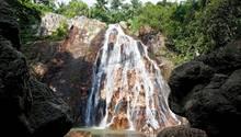 Abgebildet ist ein Wasserfall auf der thailändischen Insel Koh Samui