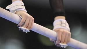 Sport kompakt: Nahaufnahme einer Turnerin am Stufenbarren