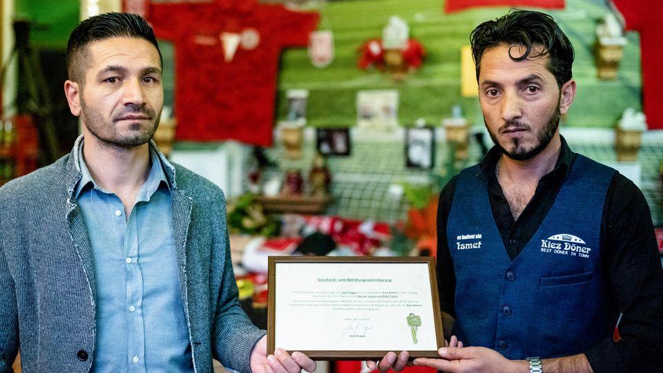 """Der bisherige Betreiber Izzet Cagac mit dem neuen Besitzer des """"Kiez-Döners"""",  Ismet Tekin"""