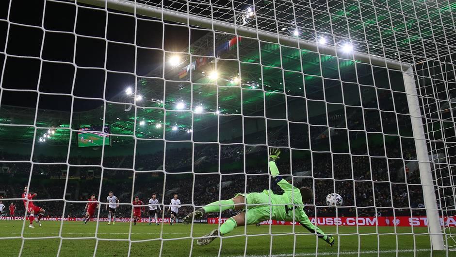 Deutschlands Torwart Manuel Neuer (r.) pariert einen Elfmeter von Weißrusslands Igor Stasewitsch