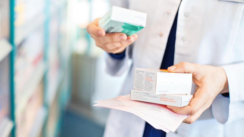 Lieferengpässe bei Arzneien nehmen zu: Eine Frau steht in einer Apotheke