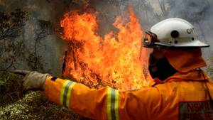 Ein Feuerwehrmann vor einem Brand in Australien