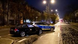 Unfallwagen und Polizeifahrzeug auf der Fürstenrieder Straße in München