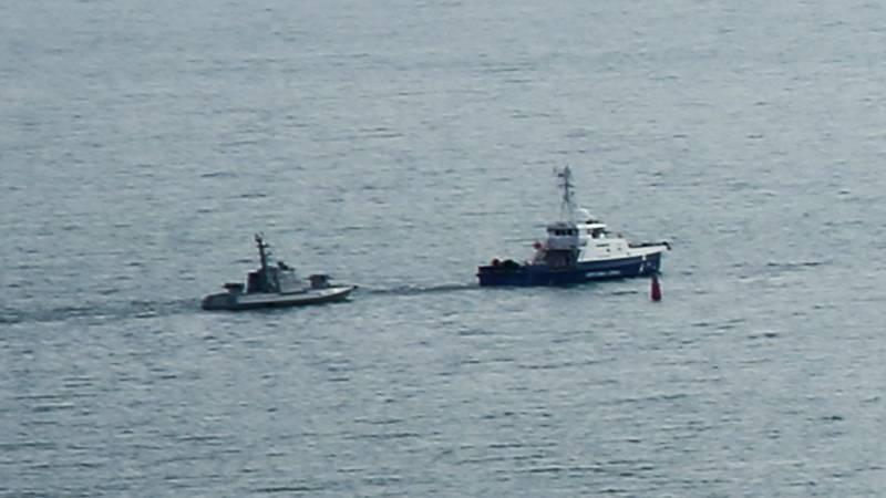Ukrainisches Marineschiff wird aus demHafen von Kertsch gebracht, um an die Ukraine wieder übergeben zu werden