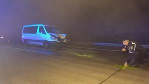 Nachrichten aus Deutschland: Ein Polizist sichert am Unfallort Spuren