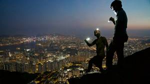 """Mitglieder der Gruppe """"Urban Exploration"""" auf einem Hügel über Hongkong"""