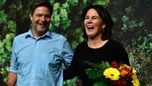 Robert Habeck und Annalena Baerbock freuen sich über Ergebnis beim Parteitag der Grünen