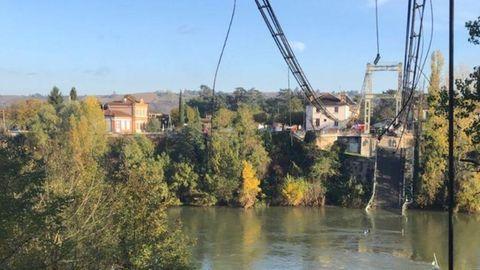 Eines der vom französischen Innenministerium auf Twitter geposteten Fotos zeigt gerissene Tragseile der Brücke und die in den Fluss gestürzte Fahrbahn