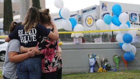 Trauernde Schülerinnen vor der High School in Santa Clarita