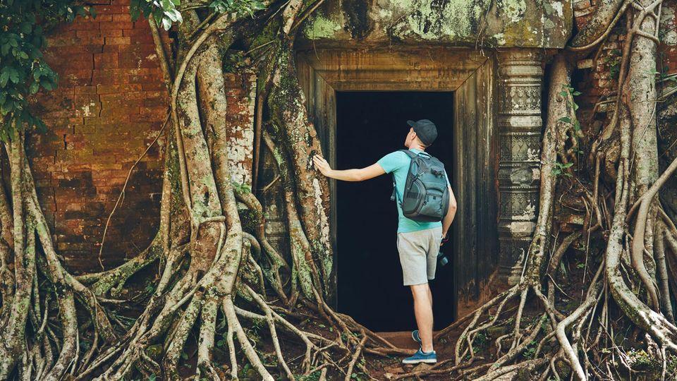 Ein Tourist betritt einen Tempel der Anlage